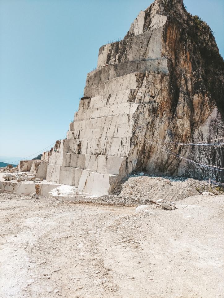 Montagna di marmo di marmo bianco a Carrara dove vengono effettuati gli scavi.